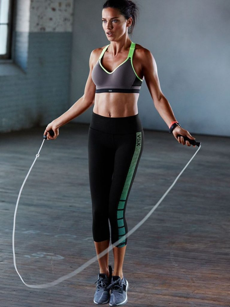 Видео Занятия Со Скакалкой Для Похудения. Прыжки со скакалкой: эффективность, плюсы и минусы, упражнения, план занятий